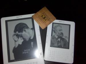 Kindle DX (levo) je imel večji zaslon, več diskovnega prostora in podporo za branje PDF